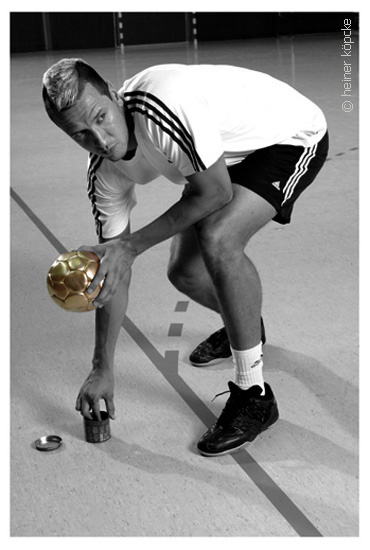 "<h2>Pascal Hens,Olympia-Goldserie</h2><div id='trenner'></div>Handball-Nationalspieler,2008 <div id='trenner'></div> <div id='tags'>Schlagworte: <a href='/kategorie/handball' rel='tag' title='' class='active'>Handball</a> | <a href='/kategorie/olympiaserie' rel='tag' title=''>Olympiaserie</a> | <a href='/kategorie/pascal_hens' rel='tag' title=''>Pascal Hens</a> | <a href='/galerie/olympia' rel='tag' title='""Goldserie""zu Olympia 2008'>Olympiaserie 2008</a></div>"